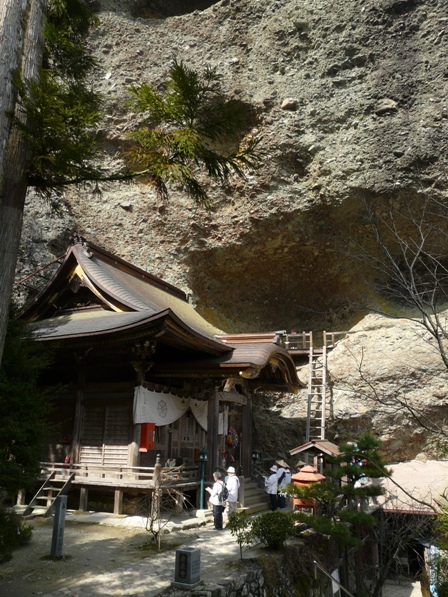 岩屋寺 3  本堂と礫岩峰