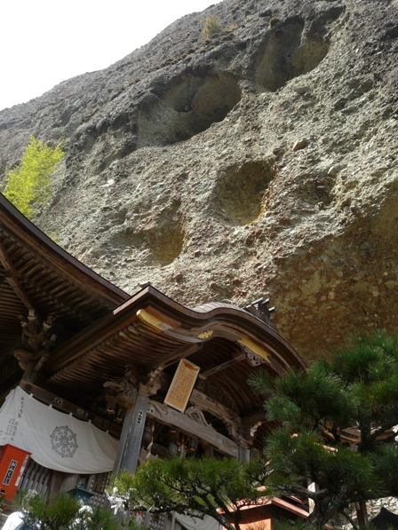 岩屋寺 4   本堂と礫岩峰