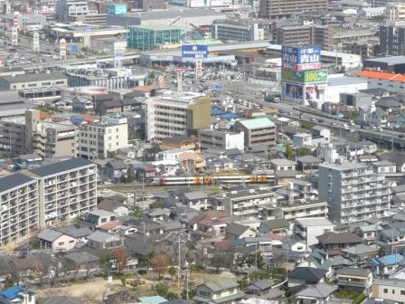 松山総合公園・展望塔から JR予讃線・8000系特急電車 2