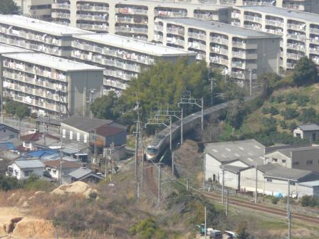 松山総合公園・展望塔から JR予讃線・8000系特急電車 3