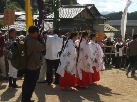 菊間祭り 巫女さんたち