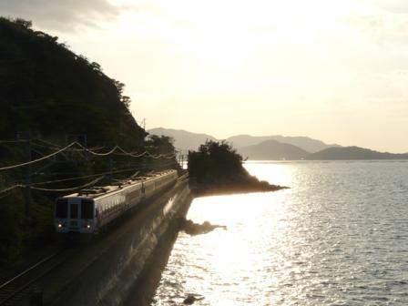 海岸寺駅付近 アンパンマン列車 (2000系)