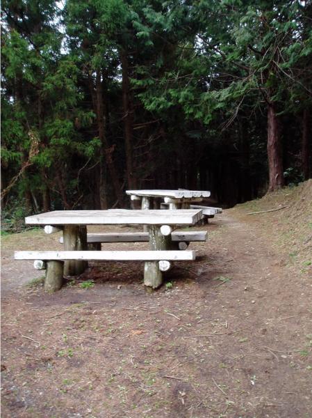 峠の白い2個のベンチ