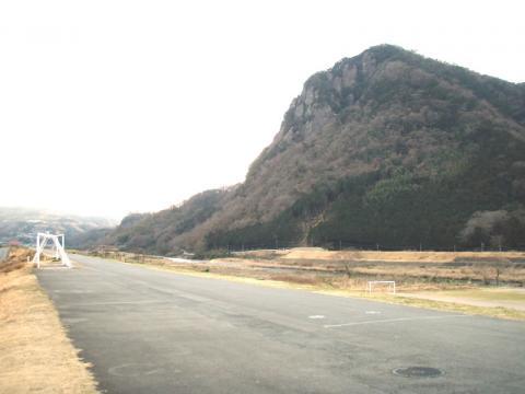 城山神島橋付近キャンプ適地から城山を望む