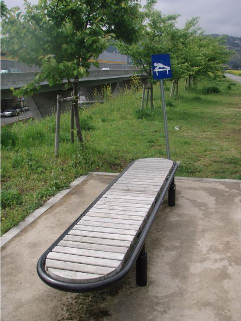 城山アピタ前キャンプ適地付近のトレーニングベンチ