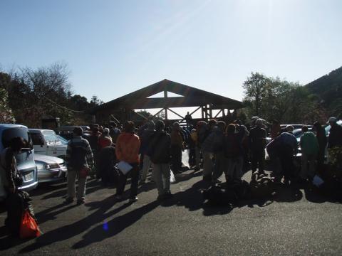 湯河原幕岩環境保全活動に集合した人々