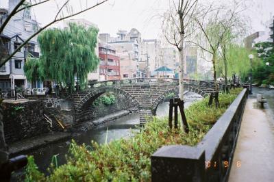 日本最初のアーチ式石橋の眼鏡橋(めがねばし)です。