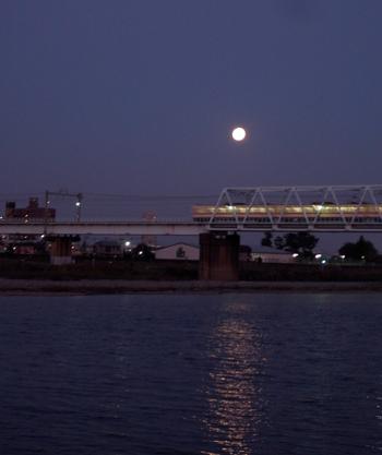 月と電車。