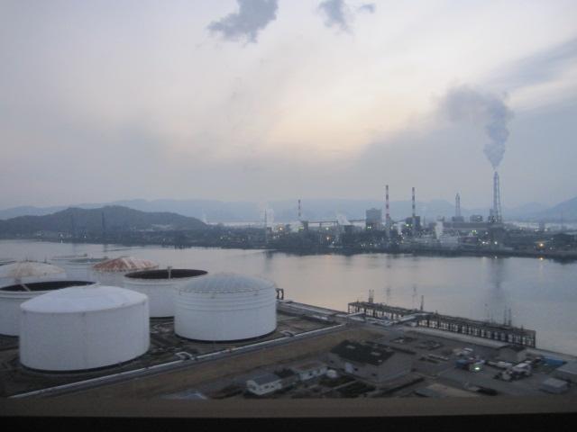 坂出の工業地帯 サンライズ瀬戸から撮影