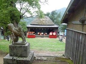 神社と舞台の位置関係が分かりますか? 舞台も神社のほうを向いているんです