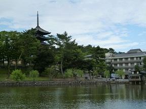 猿澤池と五重塔は奈良観光の定番です