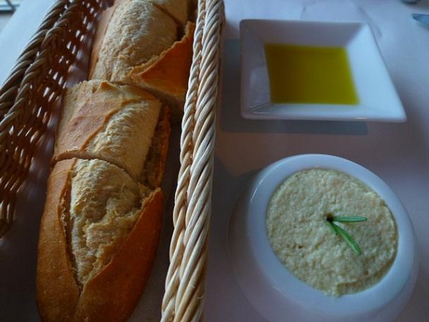 フレンチででるパンってどうしてあんなに固いんでしょうか 皮が美味しいのは分かるんですがもうちょっとソフトになんないですかね