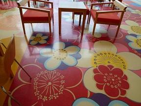 カフェの床がアートです
