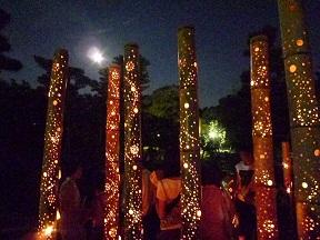 竹の中に灯りが仕組んであります