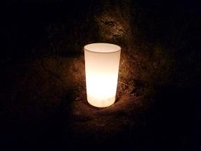 コップの中に水を入れて,火の燈ったロウソクを浮かべてあるんです