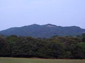 大文字がともるのは高円山です