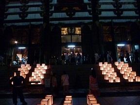 大仏殿の石段も燈篭で埋め尽くされてます