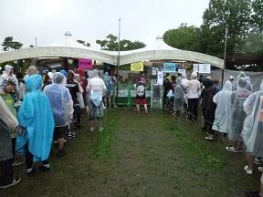 物販の列も雨具を着て並びます