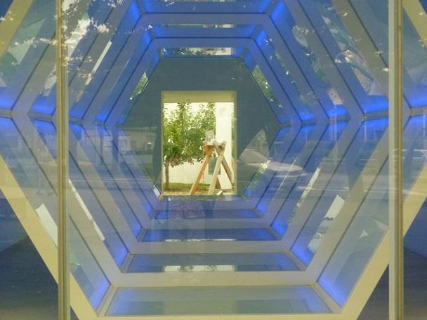 外から見えるのはオノ・ヨーコさんの作品です