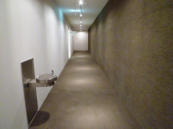 土壁のざらつきにと白壁のなめらかさが対照的です