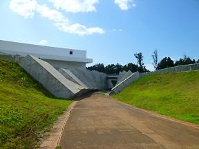 青森県立美術館の直下にある『縄文の通路』