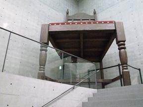 名物大階段の頂上には人間世界の大きさの椅子が