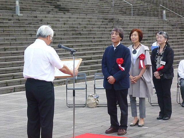 後ろは安藤さんの奥さん その後ろは作者の奥さん 作者の方は欠席ですって 背を向けているシャツ姿は井戸兵庫県知事です 淡路島が大きな被害を受けているのに何やってんすかアンタ
