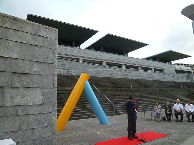 後ろの建物が兵庫県立美術館 安藤建築の代表です 場の主役を完全に持ってっちゃいました