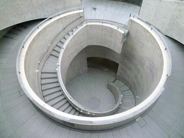 名物の階段ホールです