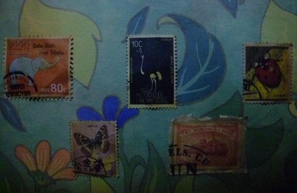 廊下には絵のかわりに切手が貼られています