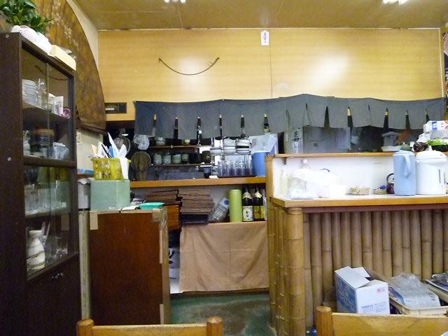 店の中はこんなの うどん屋さんというより食堂の雰囲気です