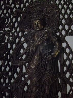 大仏殿の前の八角燈籠の羽目板 小さなシンバルを持ってます