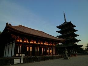 夕日に染まる東金堂と五重塔