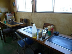 鉄板付きテーブルもあります お好み焼きも現役でやってそうです