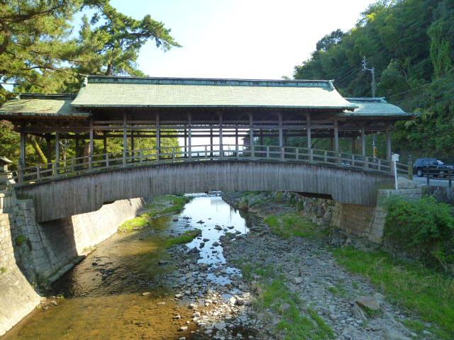 珍しい屋根つきの橋です