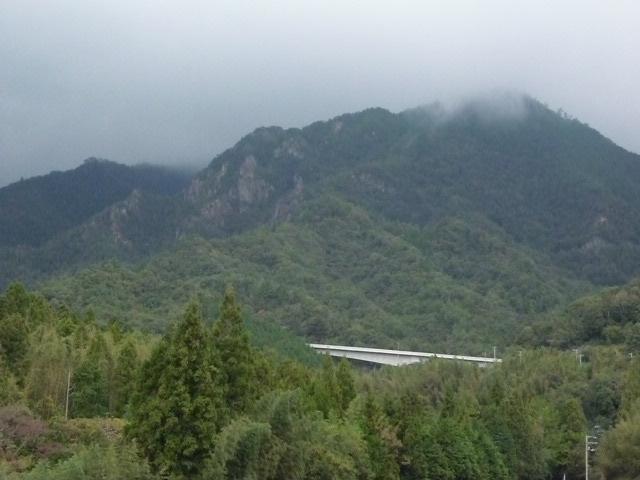 霧が稜線を越えようとしています