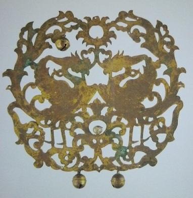 向き合った鳳凰が透かし彫りで描かれています