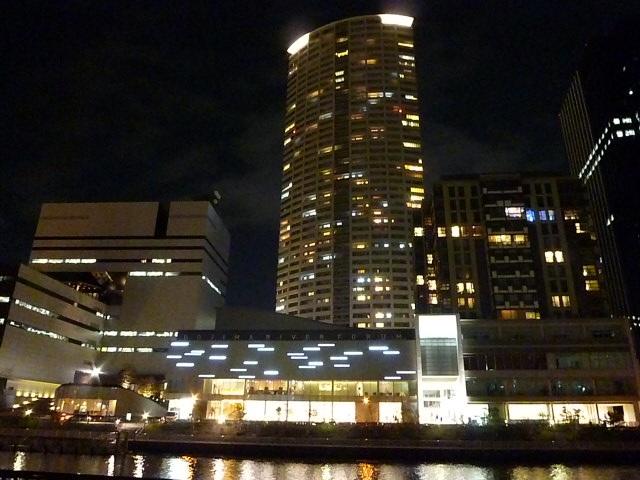 夜のリバーフォーラム付近です 左はABC朝日放送です