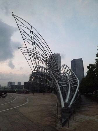 天使の羽のような鉄骨が美しい建築です