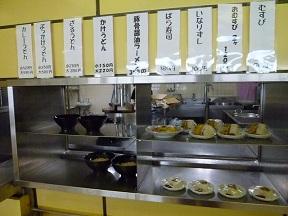 右に寿司やおにぎり,ひだりがうどんの入ったドンブリです