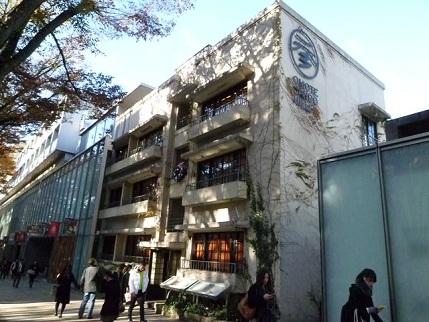 先端部には同潤会アパートの建物が残されています