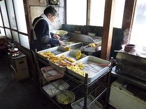 天ぷらは,おばちゃんにも見えるオッチャンの仕事です