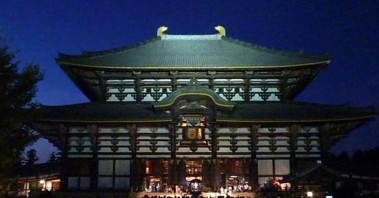 今年の行く年来る年は,久しぶりに東大寺が中継地に選ばれました 大仏殿の小窓が開いて大仏様のお顔が見えてます