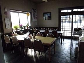 食堂にはあまり見られない会議室の様なイス
