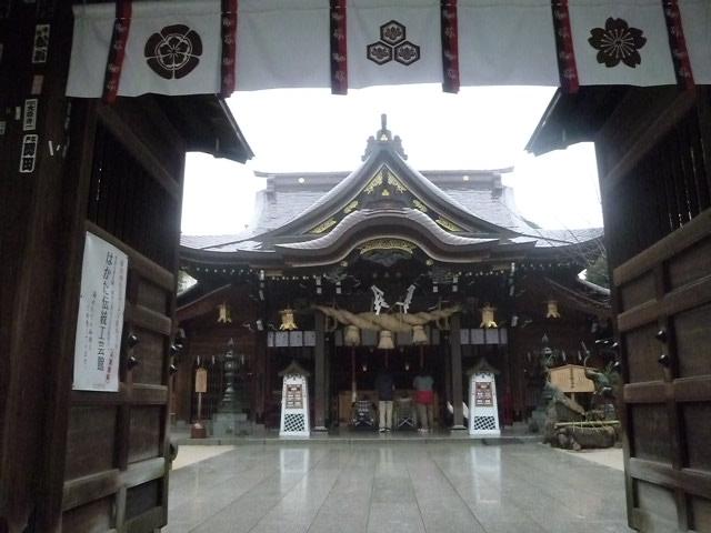 雨の拝殿です