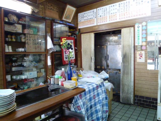 奥の銀色の扉は冷蔵庫です