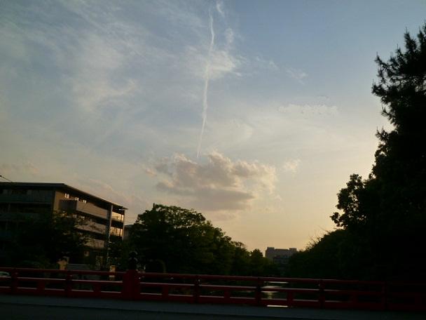雷のような飛行機雲