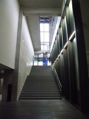 ここを上がると大階段に続いています