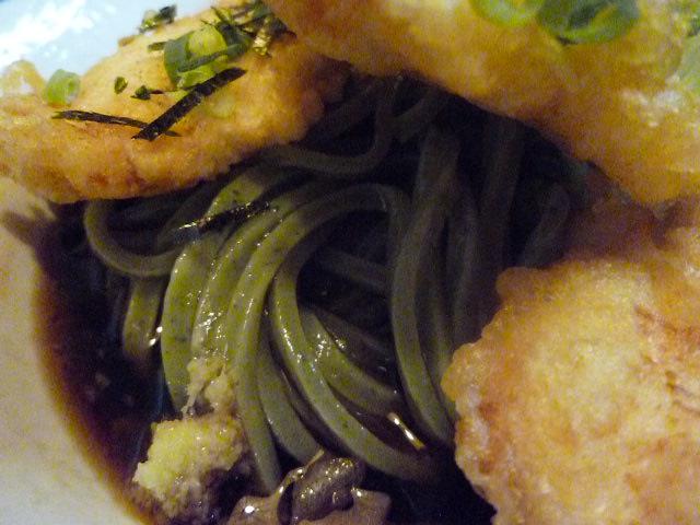 弾丸緑色の麺です