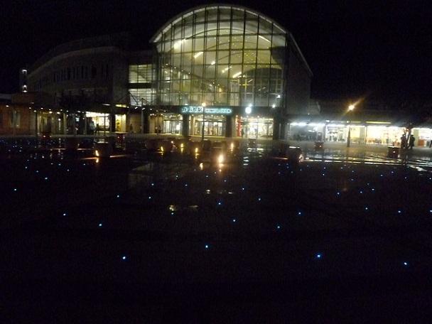 夜の高松駅です